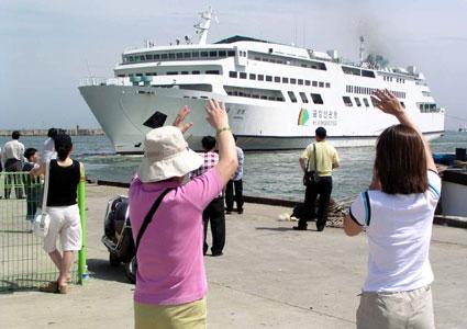 지난 6일 이후 운항이 중단됐던 금강산관광 현대 설봉호가 13일 오후 2시10분 580명의 관광객을 태우고 속초항을 출항하고 있다.  속초/홍서표
