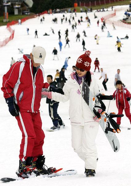 스키시즌을 맞아 도내 6개 스키장이 모두 개장한 가운데 28일 개장한 강촌스키장에서 스키어들과 스노우보더들이 즐거움을 만끽하고 있다. 춘천/최원명
