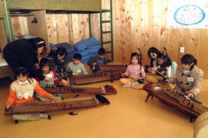알파인 앤 롯지 클럽이 지역 초교생에 국악기를 가르쳐 호평을 받고 있다. 한편 어린이들은 9일 마무리 발표회를 연다.