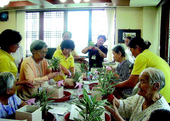 사회복지시설인 원광보은의 집을 방문한 화천군농업기술센터 직원들이 지난 1일 오후 노인들과 함께 원예치료 프로그램을 진행하고 있다. 화천/윤수용