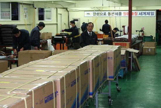 원주 우산공단에 있는 한일정공에서 배기성 대표와 직원들이 이노체어 의자를 생산하고 있다.