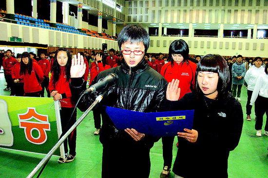 제12회 군수기타기 중학교 친선체육대회가 21일 양구문화체육회관에서 전창범 군수와 김경미 군의회 의장, 남택화 경찰서장, 김두경 교육장 등 6개 중학교 학생 900여명이 참석한 가운데 열렸다.  양구/박수혁