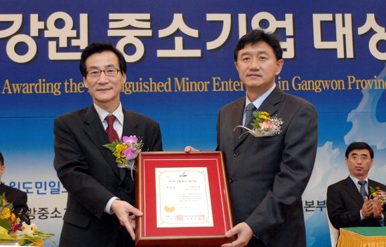 김중석 강원도민일보 사장(사진 왼쪽)이 장려상 수상업체인 ㈜데어리젠 고영웅 대표에서 시상하고 있다.