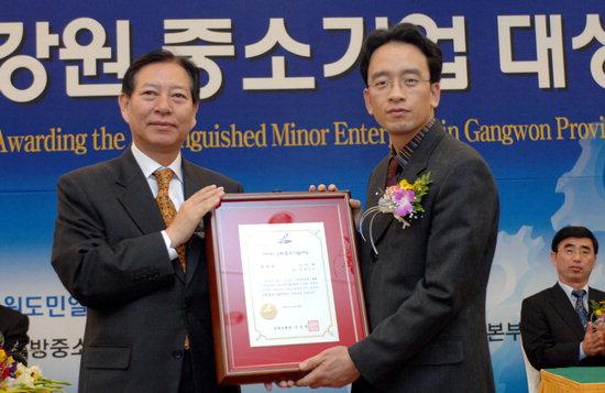 권혁성 신한은행 강원본부장(사진 왼쪽)이 장려상을 수상한 ㈜지앤 김영군 대표에게 시상하고 있다.