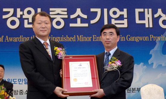 정진광 중소기업중앙회 강원본부장(사진 왼쪽)이  특별상을 수상한 ㈜누리텍 민경오 대표에게 시상하고 있다.