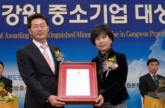 권오선 KT강원본부 경영지원담당상무(사진 왼쪽)가 특별상을 수상한 한국금형기술㈜ 함운례 대표에게 시상하고 있다.