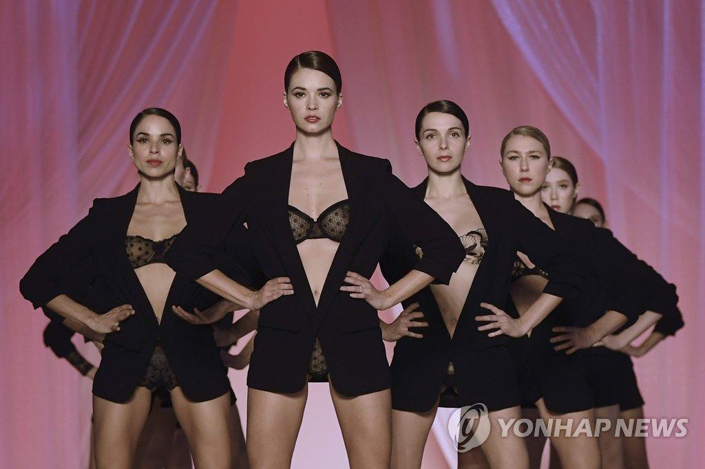 22일(현지시간) 프랑스 파리에서 란제리 프랑세즈 그룹 주최로 열린 란제리 패션쇼 '란제리, 모나무르'에서 모델들이 의상을 선보이고 있다.