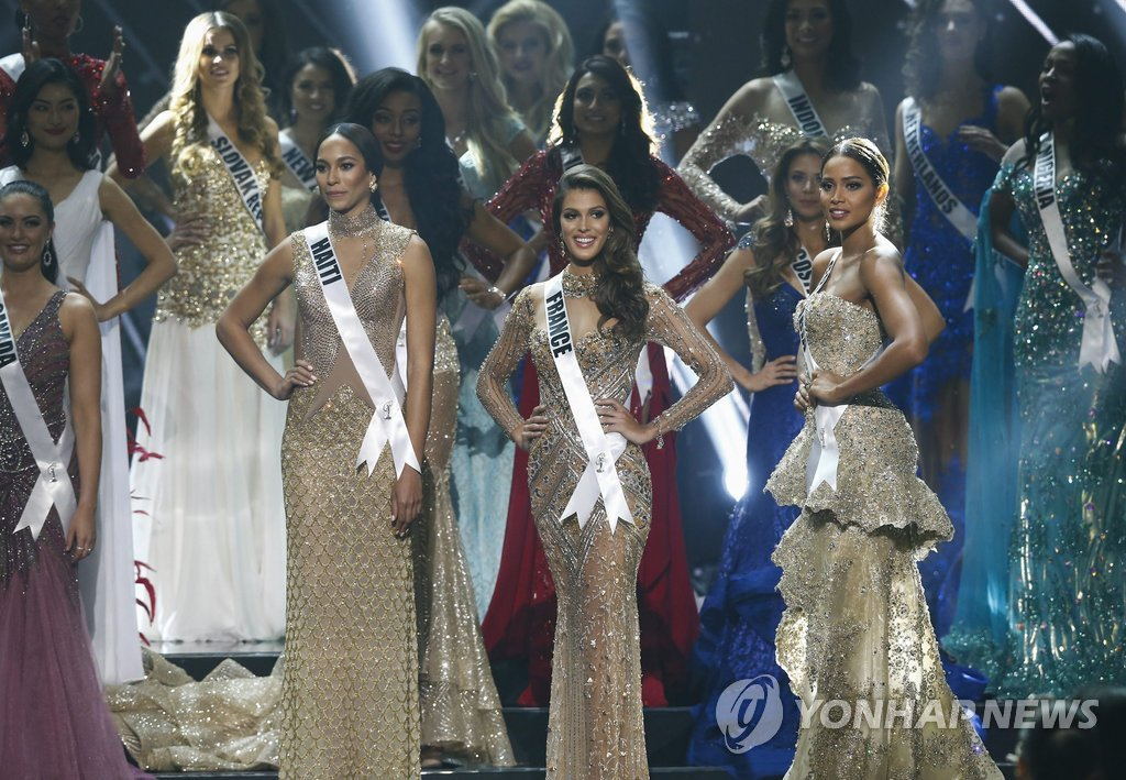 ▲ epa05760925 Miss Universe finalists (L-R) Raquel Pelissier from Haiti, Iris Mittenaere from France and Andrea Tovar from Colombia wait for results during the 65th Miss Universe pageant coronation ceremony at the Mall of Asia Arena in Pasay City, south of Manila, Philippines, 30 January 2017. A total of 86 candidates competed for the crown. EPA/ROLEX DELA PENA