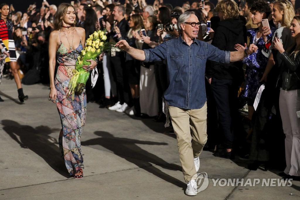 ▲ 美LA 타미x지지 런웨이쇼 (로스앤젤레스 AP=연합뉴스) 8일(현지시간) 미국 캘리포니아주 로스앤젤레스에서 열린 패션브랜드 타미힐피거의 타미x지지 런웨이쇼에서 모델 지지 하디드가 무대 위를 걷고 있다.