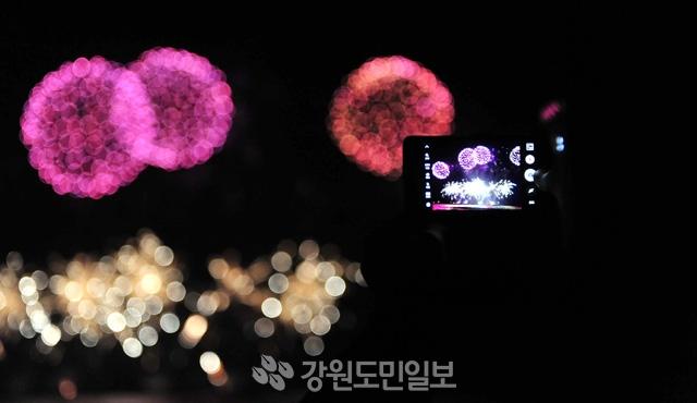 ▲ 11일 경포 해변에서 2018 평창 동계 올림픽 G-1을 기념하는 경포 세계불꽃축제가 열린 가운데 각양각색의 불꽃들이 강릉 밤바다의 하늘을 아름답게 수놓고 있다. 강릉/안병용