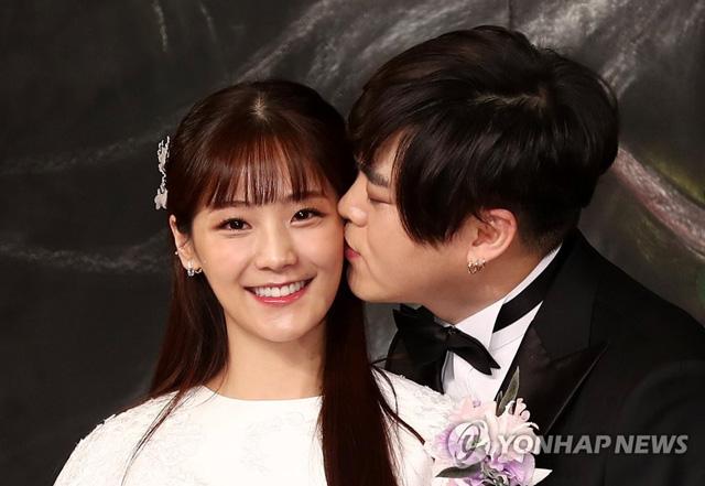가수 문희준과 소율이 12일 오후 서울 중구 신라호텔에서 열리는 결혼식에 앞서 포즈를 취하고 있다