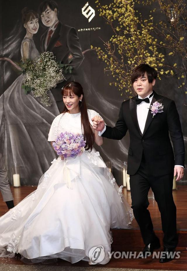 가수 문희준과 소율이 12일 오후 서울 중구 신라호텔에서 열리는 결혼식에 앞서 기자회견을 열고 있다