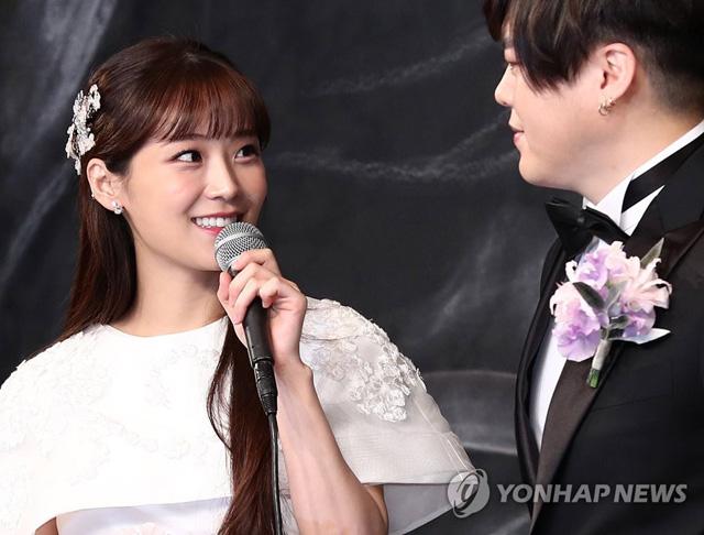 12일 오후 서울 중구 신라호텔에서 열린 결혼식 기자회견에서 소율이 문희준을 바라보고 있다.