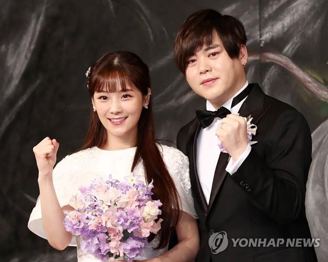 가수 문희준과 소율이 12일 오후 서울 중구 신라호텔에서 열리는 결혼식에 앞서 포즈를 취하고 있다.
