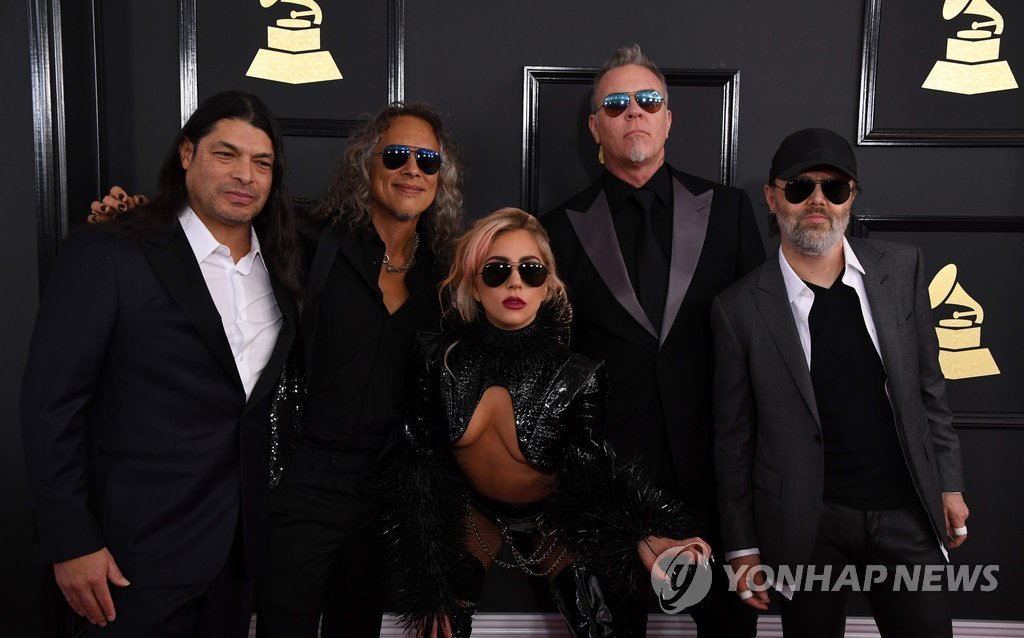 ▲ Musicians Robert Trujillo and Kirk Hammett of Metallica, singer Lady Gaga and James Hetfield and Lars Ulrich of Metallica arrive for the 59th Grammy Awards on February 12, 2017, in Los Angeles, California. / AFP PHOTO