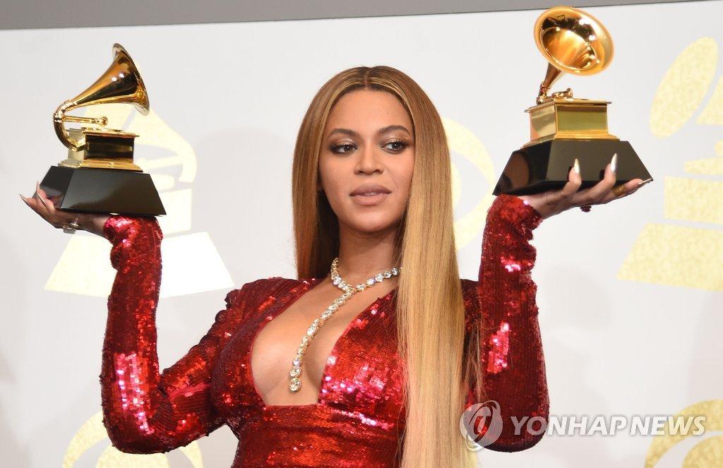 ▲ 미국 로스앤젤레스 스테이플스 센터의 12일(현지시간) 제59회 그래미 어워드에서 '베스트 어번 컨템퍼러리 앨범', '베스트 뮤직비디오'상 등 2개부문을 수상한 비욘세가 트로피를 들고 있다.