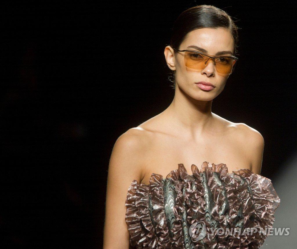 19일(현지시간) 스페인 마드리드에서 열린 패션위크 행사에서 모델 요아나 산츠가 패션브랜드 쿠스토 바르셀로나의 2018 가을/겨울 컬렉션을 선보이고 있다.