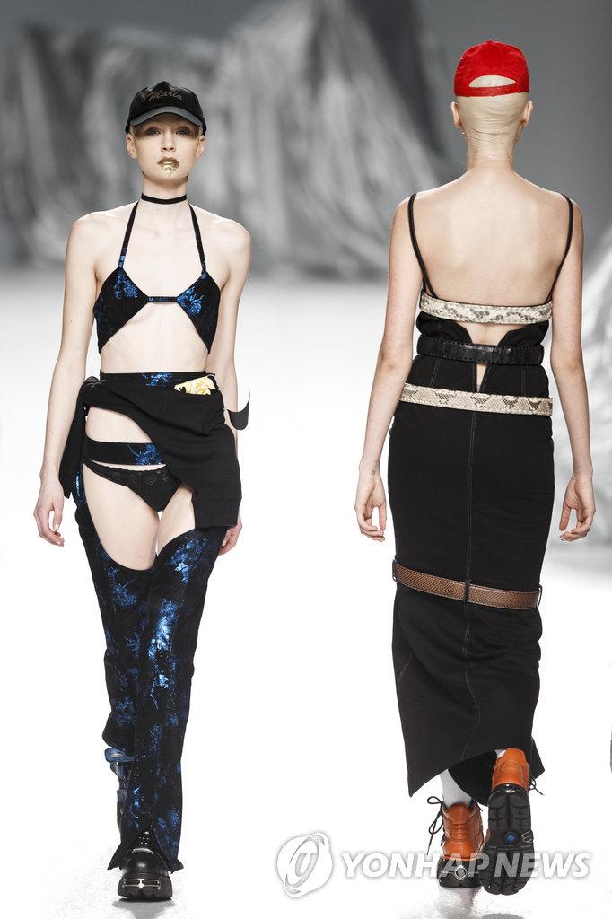 19일(현지시간) 스페인 마드리드에서 열린 패션위크 행사에서 모델들이 패션디자이너 마리아 케 피셔맨의 2017-18 가을/겨울 의상을 선보이고 있다.