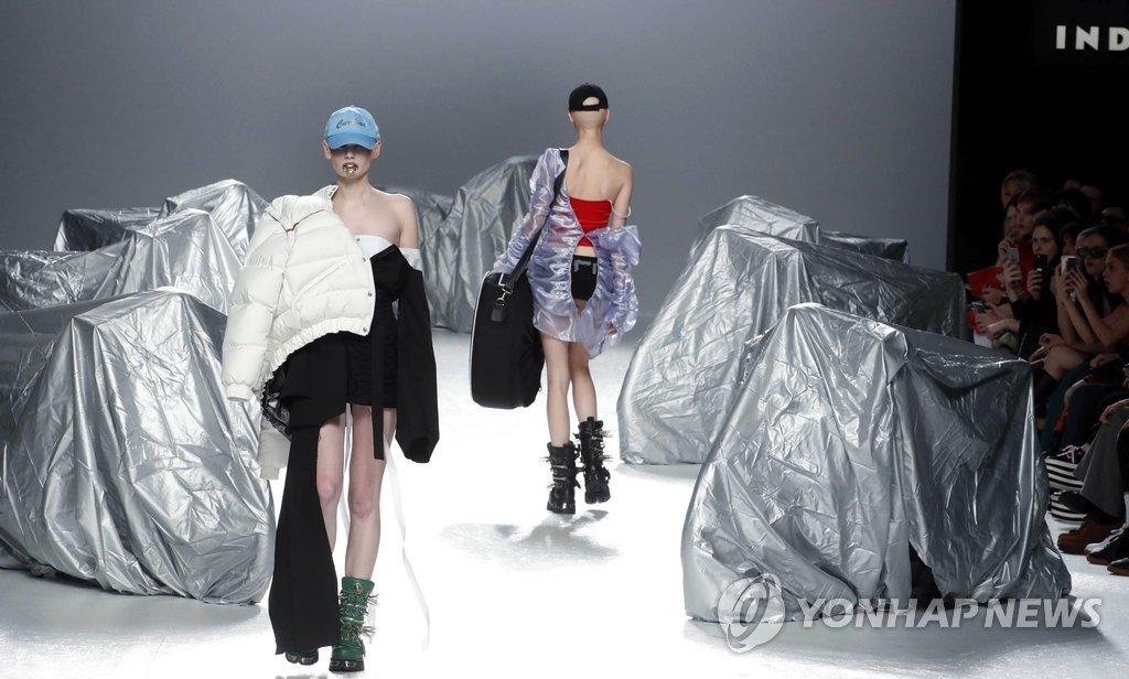 19일(현지시간) 스페인 마드리드에서 열린 메르세데스-벤츠 패션위크 행사에서 모델들이 패션디자이너 마리아 케 피셔맨의 2017 가을/겨울 의상을 선보이고 있다.