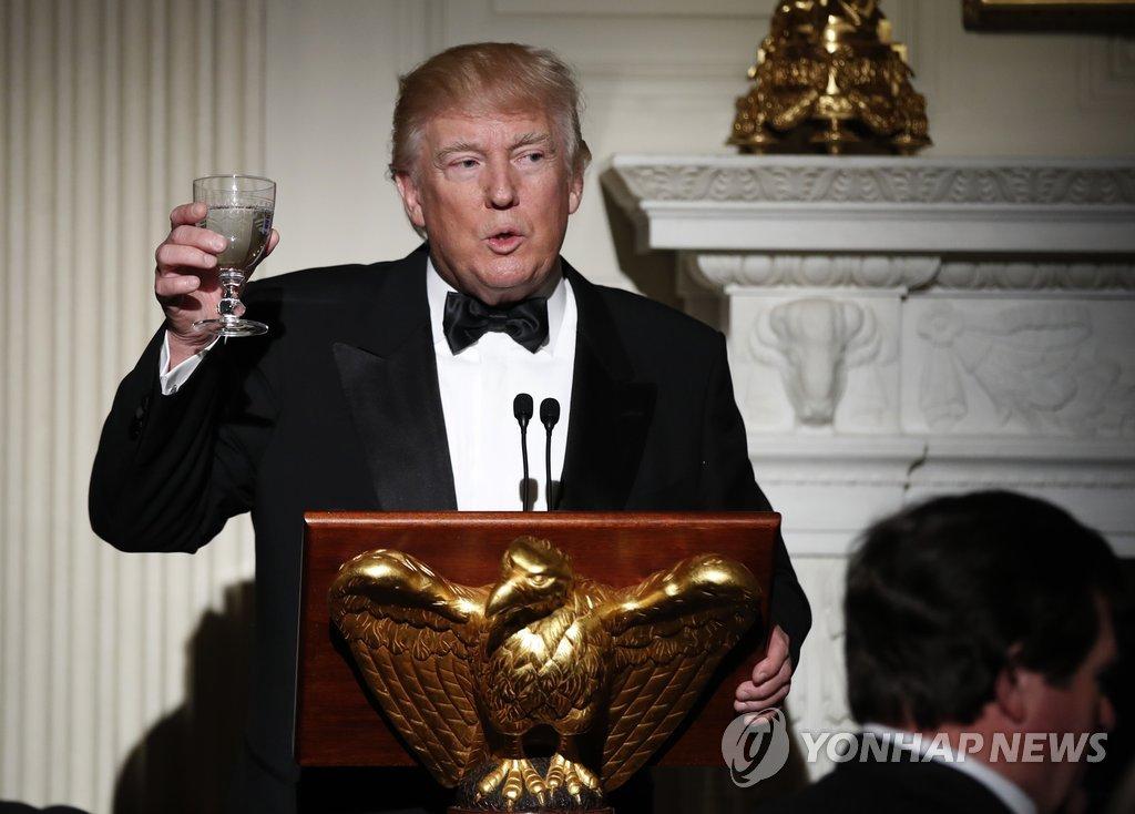도널드 트럼프 미국 대통령이 26일(현지시간) 저녁 백악관에서 주지사 부부들을 초청한 무도회를 개최, 건배 제의를 하고 있다. 트럼프 대통령은 무도회 개최로 인해 비슷한 시간대에 할리우드에서 개최되는 아카데미 시상식의 TV시청은 하지 않을 것으로 보인다.