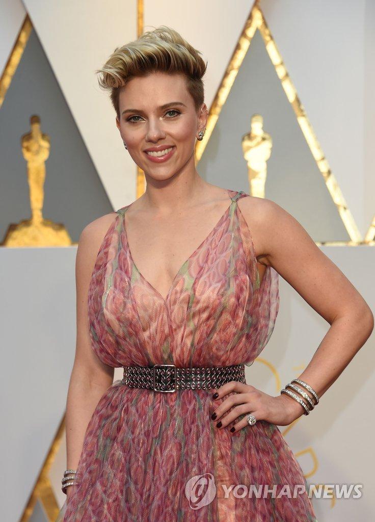 미국 배우 스칼렛 요한슨이 26일(현지시간) 제89회 아카데미 시상식이 열리는 미국 로스앤젤레스의 돌비극장에 도착, 레드카펫 위에서 포즈를 취하고 있다.