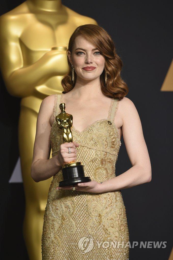 26일(현지시간) 미국 로스앤젤레스의 돌비극장에서 열린 제89회 아카데미영화상 시상식에서 영화 '라라랜드'로 여우주연상을 수상한 배우 에마 스톤이 트로피를 든 채 포즈를 취하고 있다.