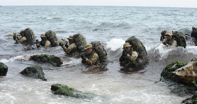 ▲ 해군1함대 3특전대대(UDT/SEAL)는 20일 동해상에서 키리졸브와 독수리 훈련의 일환으로 해상·해중 침투 훈련을 실시했다.