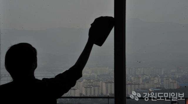 ▲ 중국발 스모그로 인해 전국이 미세먼지로 뒤덮인 가운데 20일 춘천의 한 카페에서 직원이 유리창을 닦아보지만 창밖 너머 보이는 도심은 온통 뿌옇기만 하다.  안병용