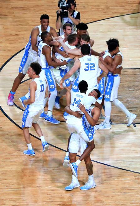 ▲ '3월의 광란' 미국 NCAA 결승이 4일(한국시간) 미국 애리조나주 글렌데일의 피닉스대 스타디움에서 열린 가운데 노스캐롤라이대가 곤자가대를 71-65로 꺾고 환호하고 있다. 노스캐롤라이나대는 지난해에 이어 2년 연속 결승에 올라 2009년 이후 8년 만에 NCAA 남자농구 정상을 차지했다.