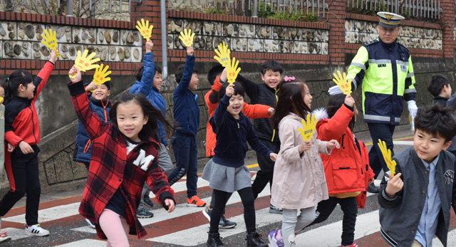 ▲ 어린이교통안전캠페인이 6일 오전 횡성 성북초교 앞에서 열려 1학년생들이 엄마손을 들어보이며 횡단보도를 건너고 있다.