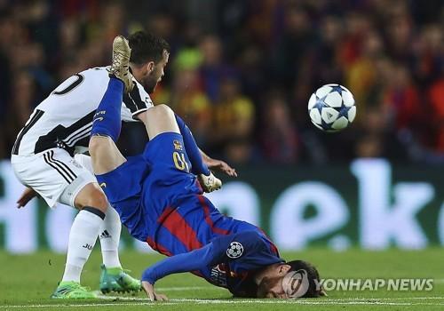 ▲ FC바르셀로나 리오넬 메시(오른쪽)가 20일 (한국시간) 스페인 바르셀로나 캄 노우에서 열린 유벤투스와 016-2017 유럽축구연맹(UEFA) 챔피언스리그 8강 2차전에서 상대 팀 미랄렘 퍄니치와 충돌한 뒤 그라운드에 쓰러지고 있다. 메시는 왼쪽 뺨에 출혈이 있었지만, 그라운드에 복귀해 풀타임을 뛰었다.