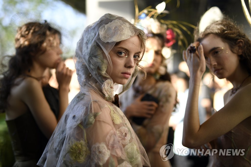 ▲ epaselect epa05915144 Models wait before the presentation of the Christian Dior Spring/Summer 2017 Haute Couture collection by Italian designer Maria Grazia Chiuri on the rooftop garden of the Ginza Six new retail complex at the Ginza shopping district in Tokyo, Japan, 19 April 2017. Ginza Six will host more than 240 stores. The new Dior store will have its facade on Ginza's main shopping street. EPA/FRANCK ROBICHON