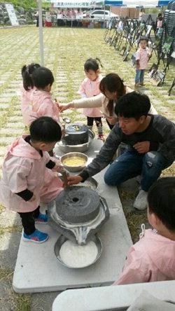 ▲ 대제 문화체험 프로그램이 마련된 재실 광장 행사장에서 어린이들이 왕실복식체험과 맷돌돌리기 등의 체험활동을 하고 있다.