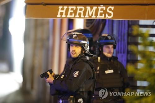 ▲ 총격전 발생한 파리 샹젤리제거리의 경찰
