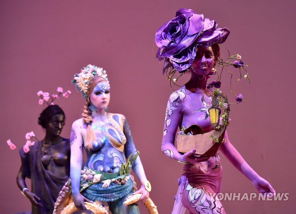 지난 22일(현지시간) 우크라이나 키예프에서 열린 국제 미용 축제 '크리스탈 엔젤'(Crystal Angel)에서 모델들이 바디페인팅을 선보이고 있다.