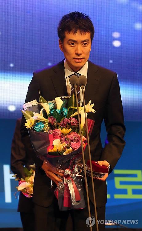 ▲ 2012-2013 프로농구 시상식 당시 특별상을 받은 김성철