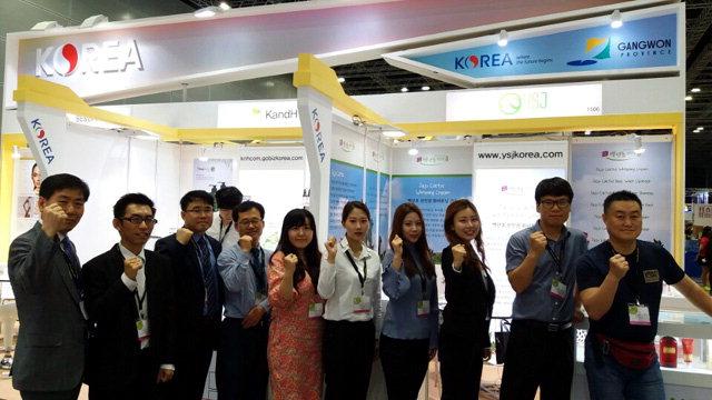 ▲ 강원도내 화장품과 의료기기 기업 6곳과 한국무역협회 강원본부가 지난 6일부터 말레이시아에서 열리고 있는 '2017 국제미용전'에 참가,제품 홍보와 판매에 나서고 있다.