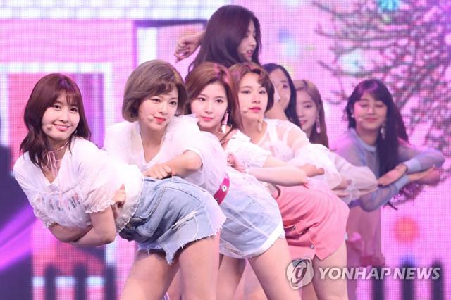 ▲ 걸그룹 트와이스가 15일 오후 서울 한남동 블루스퀘어 삼성카드홀에서 열린 네 번째 미니앨범 '시그널(SIGNAL)' 발매 쇼케이스에서 공연을 펼치고 있다.
