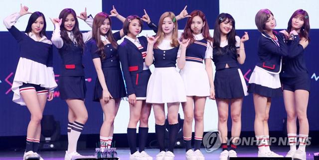 ▲ 걸그룹 트와이스가 15일 오후 서울 한남동 블루스퀘어 삼성카드홀에서 열린 네 번째 미니앨범 '시그널(SIGNAL)' 발매 쇼케이스에서 포즈를 취하고 있다.