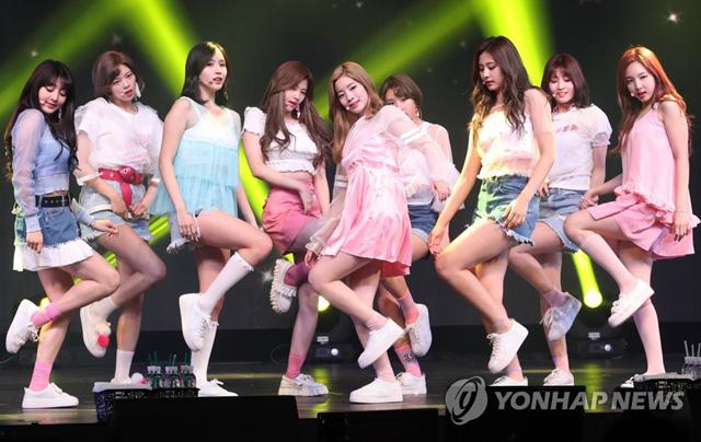 ▲ 걸그룹 트와이스가 15일 오후 서울 한남동 블루스퀘어 삼성카드홀에서 열린 네 번째 미니앨범 '시그널(SIGNAL)' 발매 쇼케이스에서 공연을 펼치고 있다