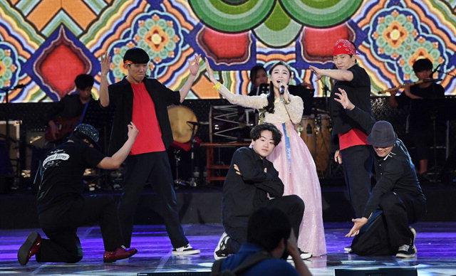 ▲ '2017 국민대통합 아리랑 전국 순회공연'이 18일 오후 밀양시 밀양강 둔치 밀양아리랑대축제 특설무대에서 열렸다.