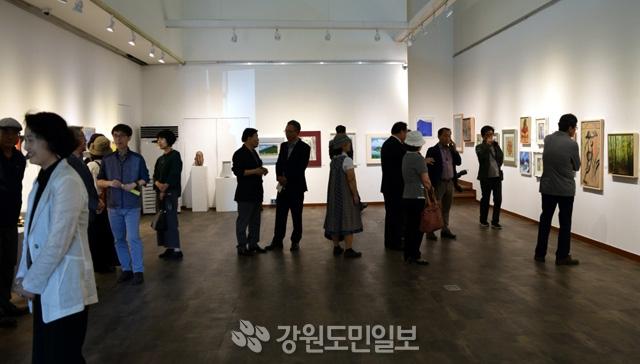 ▲ 춘천미술협회(회장 이미숙)는 19일 오후 춘천미술관에서 제24회 봄내예술제 프로그램의 하나로 '봄내미술인전'을 개막했다. 한승미