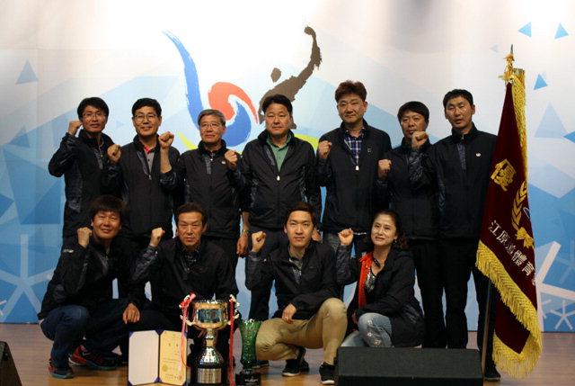 ▲ 제52회 강원도민체육대회에서 1부 우승을 차지한 춘천시 선수단.