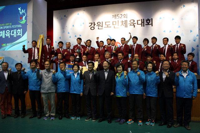 ▲ 제52회 강원도민체육대회에서 2부 우승을 차지한 횡성군 선수단.