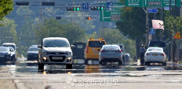 ▲ 속초 34도, 강릉 33도 등 도내지역이 한여름 날씨를 보인 19일 춘천 신북읍의 한 도로에 아지랑이가 피어오르고 있다.  사효진