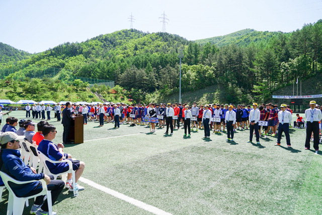 ▲ 제12회 도·시·군 공무원 친선 족구대회가 19일 태백시 고원1구장에서 64개팀 550여명이 참가한 가운데 열렸다.