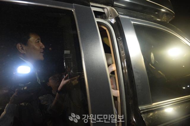 ▲ 공직선거법 위반으로 기소된 자유한국당 김진태 의원이 19일 춘천지법 101호 법정에서 열린 국민참여재판에서 벌금 200만원 선고를 받고 법정을 나서고 있다. 사효진
