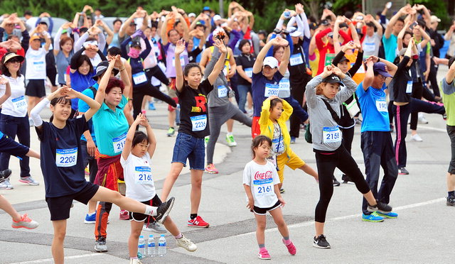 ▲ 춘천 의암공원일대에서 열린 제18회 강원도민달리기대회에서 참가자들이 준비운동을 하고 있다.  사효진