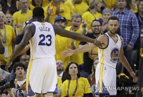 ▲ 골든스테이트 스테픈 커리(오른쪽)가 13일(한국시간) 미국 캘리포니아주 오클랜드 오라클 아레나에서 열린 2016-2017 NBA 챔피언결정전 5차전 클리블랜드와 경기에서 득점을 넣은 뒤 하이파이브를 하고 있다.