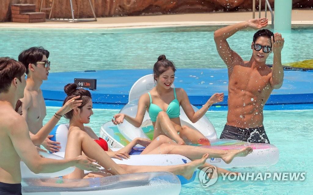 ▲ 한여름 날씨를 보인 15일 강원 홍천군 오션월드에서 모델들이 물놀이 포즈를 취하고 있다. 2017.6.15